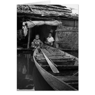 Niños pequeños en el pueblo flotante tarjeta de felicitación