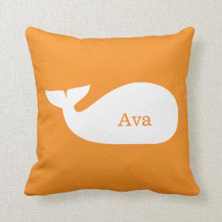 Niños personalizados ballena caprichosa anaranjada cojines