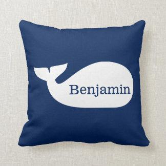 Niños personalizados ballena caprichosa azul cojín