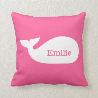 Niños personalizados ballena caprichosa rosada cojín