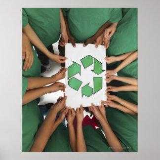 Niños que celebran el reciclaje de la muestra posters