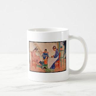 Niños que descascan los guisantes taza