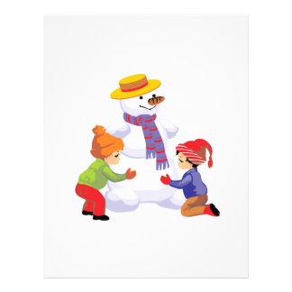Niños que hacen un muñeco de nieve