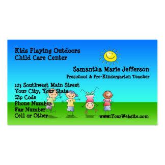 Niños que juegan al aire libre el centro del tarjetas de visita