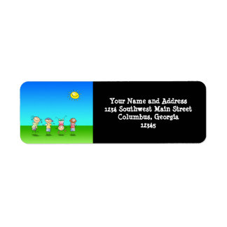 Niños que juegan al aire libre en un día soleado etiquetas de remite