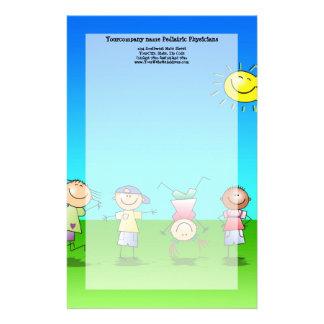 Niños que juegan al aire libre en un día soleado papelería personalizada