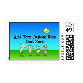 Niños que juegan al aire libre en un día soleado sellos postales