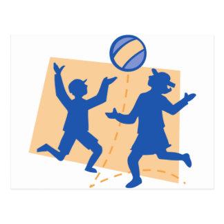 Niños que juegan con la bola postal