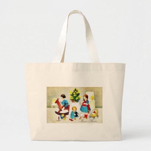 Niños que juegan con los juguetes y el árbol de na bolsa tela grande