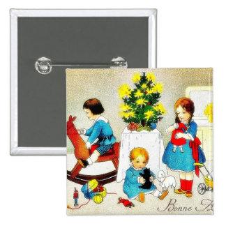 Niños que juegan con los juguetes y el árbol de na pin cuadrada 5 cm