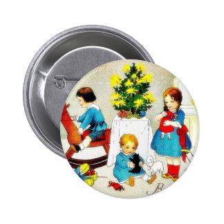 Niños que juegan con los juguetes y el árbol de na pin redondo 5 cm