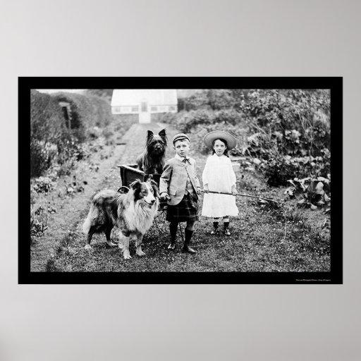 Niños que juegan con un perro 1904 póster
