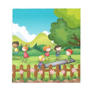Niños que juegan en el campo bloc