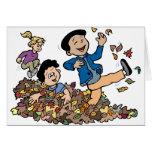 Niños que juegan en hojas felicitación