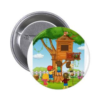 Niños que juegan en la casa del árbol pin redondo de 2 pulgadas