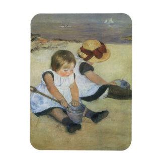 Niños que juegan en la playa de Mary Cassatt Imanes