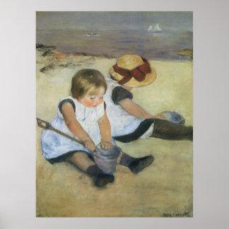 Niños que juegan en la playa de Mary Cassatt Posters