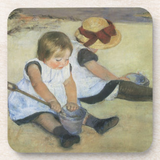 Niños que juegan en la playa de Mary Cassatt Posavasos De Bebida