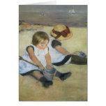Niños que juegan en la playa de Mary Cassatt Felicitación