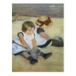 Niños que juegan en la playa de Mary Cassatt Tarjeta Postal