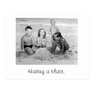 Niños que juegan en la playa postales