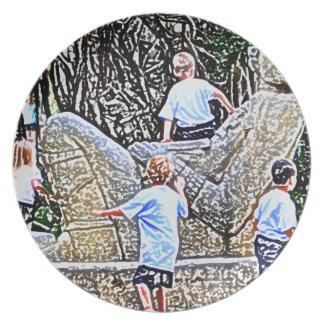 niños que juegan en mirada coloreada estatua del l plato de cena