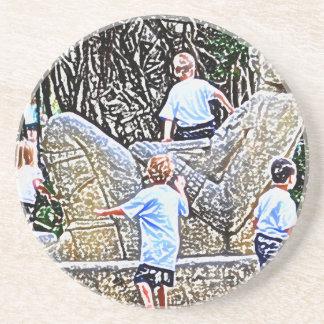 niños que juegan en mirada coloreada estatua del l posavasos diseño