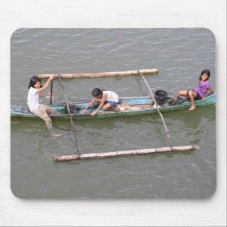 Niños que juegan en un barco de pesca tapete de ratones