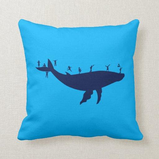 Niños que juegan en una ballena almohadas