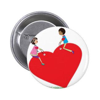 niños que juegan en una oscilación en forma de cor pin redondo de 2 pulgadas