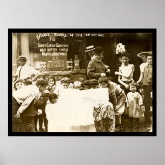 Niños que lamen bloques de hielo en New York City  Poster