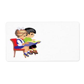 Niños que leen 2 etiqueta de envío