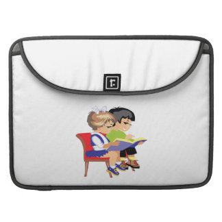 Niños que leen 2 fundas para macbooks