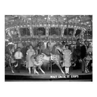 Niños que montan a Carousel, 1925 Postal