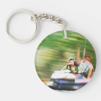 Niños que montan en coche de parachoques llavero redondo acrílico a una cara