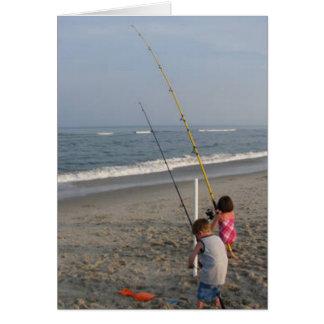 Niños que pescan en la playa tarjeta de felicitación