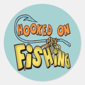 Niños que pescan las camisetas y niños que pescan pegatina redonda