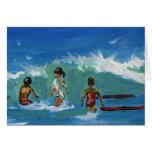 Niños que practican surf tarjetas
