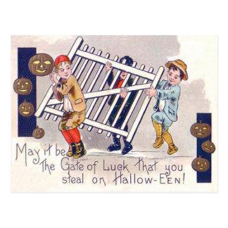 Niños que roban la linterna de Jack O de la cerca Postal