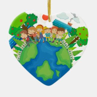Niños que se colocan en todo el mundo adorno navideño de cerámica en forma de corazón