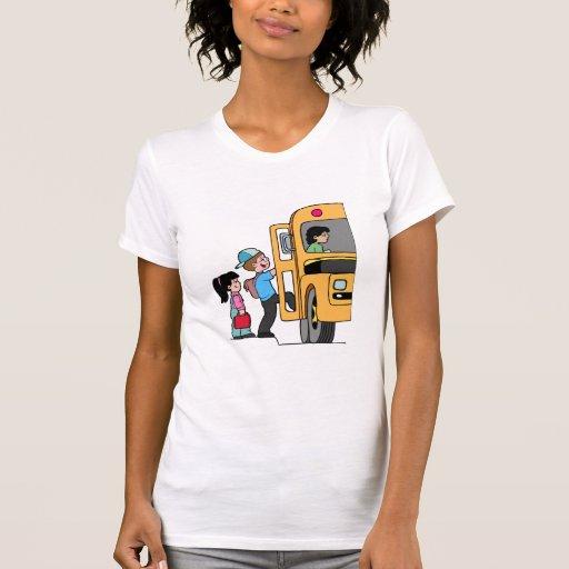 Niños que suben al autobús escolar playeras
