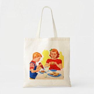 Niños retros del kitsch del vintage que comen la h