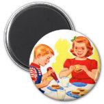 Niños retros del kitsch del vintage que comen la h iman de frigorífico