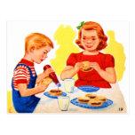 Niños retros del kitsch del vintage que comen la h tarjetas postales