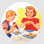 Niños retros del kitsch del vintage que comen la pegatina redonda