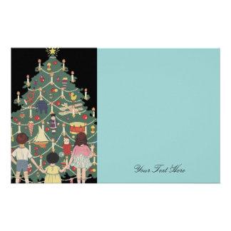 Niños y árbol de navidad - ejemplo del vintage papelería