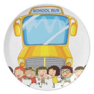 Niños y autobús escolar platos de comidas