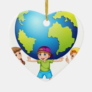 Niños y el mundo adorno navideño de cerámica en forma de corazón