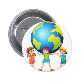 Niños y el mundo pin redondo de 2 pulgadas