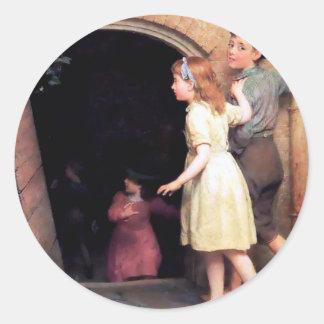 Niños y pintura asustadiza del lugar del sótano etiquetas